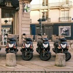 Une flotte de scooters